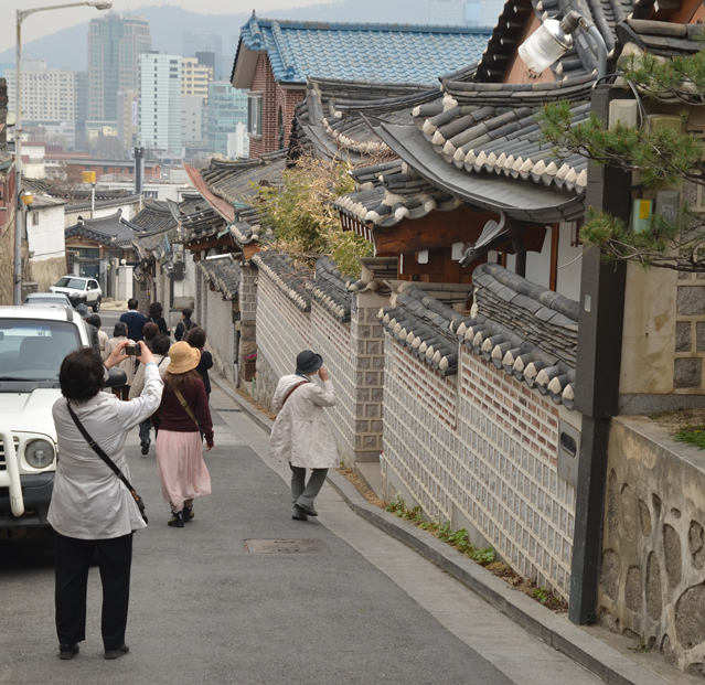 Japanese tourists pass by Chiwoonjung.