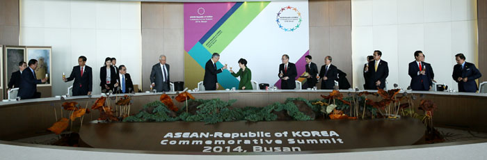 President Park Geun-hye (center) toasts participating leaders from ASEAN at the Nurimaru APEC House in Busan on December 12.