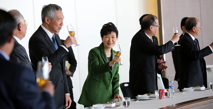 President Park Geun-hye (center) toasts participating ASEAN leaders at the Nurimaru APEC House in Busan on December 12.