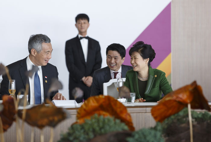President Park Geun-hye (right) talks with participating ASEAN leaders at the Nurimaru APEC House in Busan on December 12.