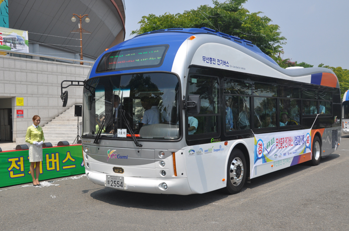 A wireless rechargeable bus carrying volunteer passengers takes a test run (photo courtesy of KAIST).