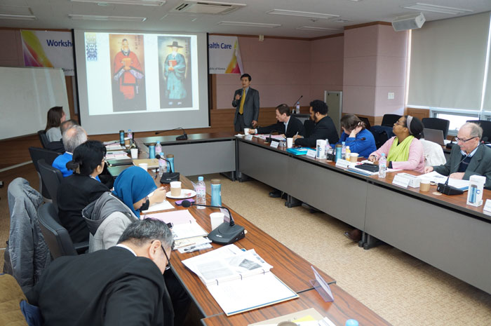 Workshop participants listen to an explanation of the historical background of Oriental medicine in Korea.
