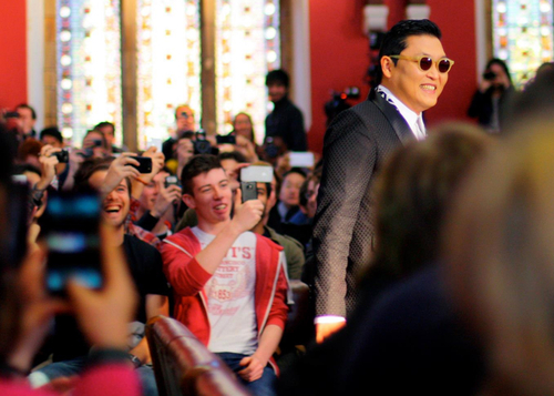 "Psy (right with sunglasses) prepares to give his speech to the Oxford Union. The Korean musician became a worldwide sensation when his humorous single ""Gangnam Style"" shot to number one in the UK music charts in September 2012 (photo: Yonhap News)."