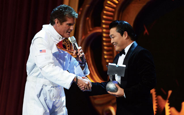 David Hasselhoff presents the award with congratulations