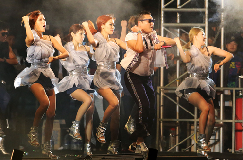 Korean rapper Psy performs at the square in front of Seoul City Hall on October 4 (photo: Yonhap).