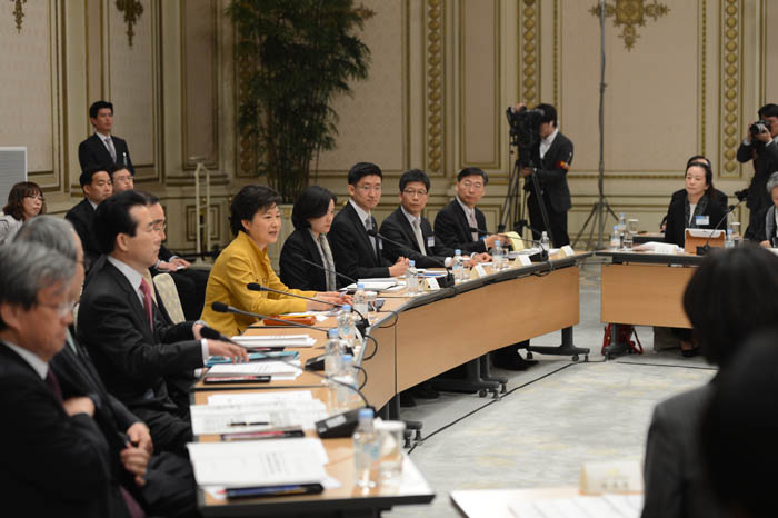 President Park Geun-hye makes an opening remark before the briefings made by the Ministry of Culture, Sports and Tourism and the Ministry of Education at Cheong Wa Dae on March 28 (photo: Cheong Wa Dae).