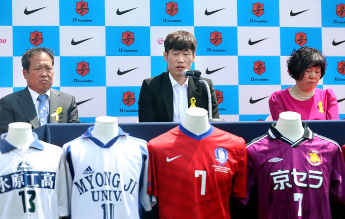 Park Ji-sung (center) announces his retirement during a press conference on May 14. (photo: Yonhap News)