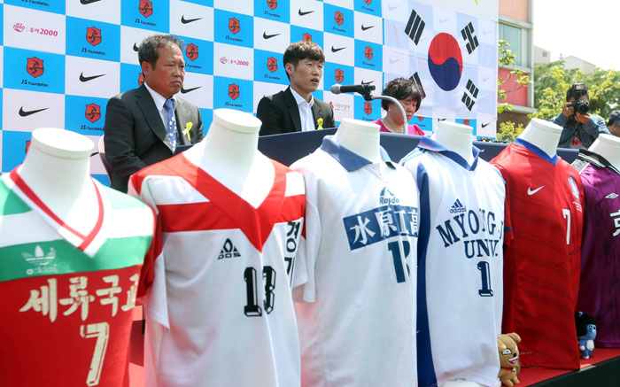 The uniforms Park Ji-sung wore throughout his career are on display in front of him. (photo: Yonhap News)