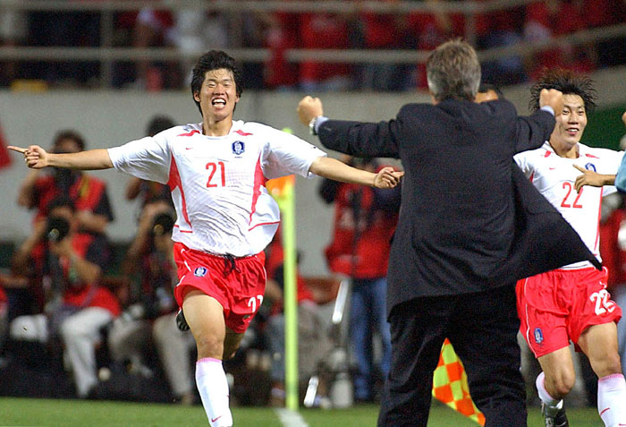 Park Ji-sung (left) runs to celebrate with Korean national team coach Guus Hiddink after scoring a winning goal in the group match between Korea and Portugal during the Korea-Japan FIFA World Cup 2002. (photo: Yonhap News)