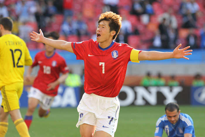 Park Ji-sung (center) celebrates after scoring the goal which eliminated Greece in round one of the 2010 FIFA World Cup. (photo: Yonhap News)