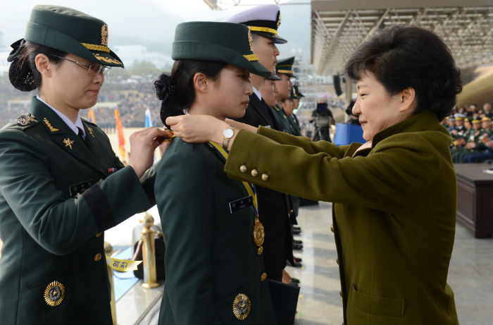 President Park Geun-hye (right) awards a medal to a female army officer at the joint commission ceremony at Gyeryongdae on March 8 (photo courtesy of Cheong Wa Dae).