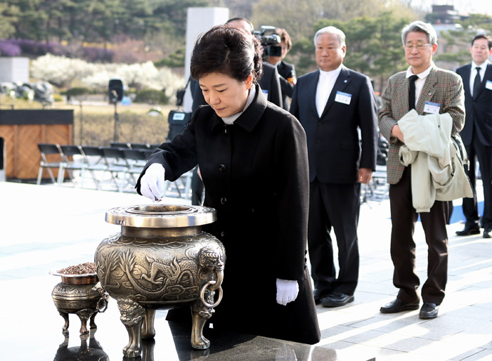 President Park Geun-hye (center) offers incense at the National Cemetery for the April 19th Revolution in Suyu-dong, Gangbuk District, Seoul (photo from Cheong Wa Dae).