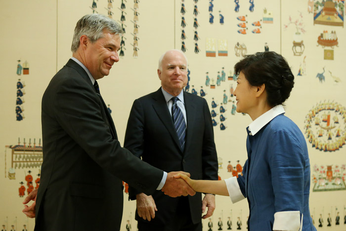 President Park (right) shakes hands with Senator Sheldon Whitehouse (photo: Cheong Wa Dae).