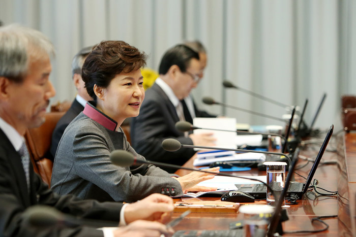 President Park Geun-hye (second from left) outlines her upcoming trip to Europe at a meeting with chief presidential advisors at Cheong Wa Dae on October 31. (Photo: Cheong Wa Dae)