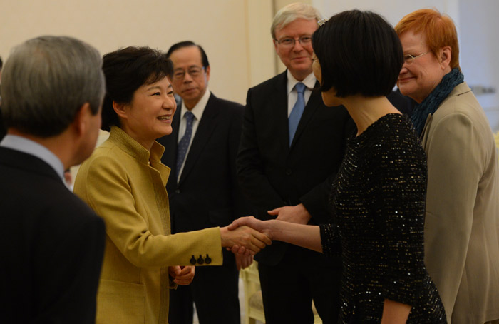 President Park Geun-hye (second from left) shakes hands with French Minister Fleur Pellerin on March 26 at Cheong Wa Dae (photo: Cheong Wa Dae).