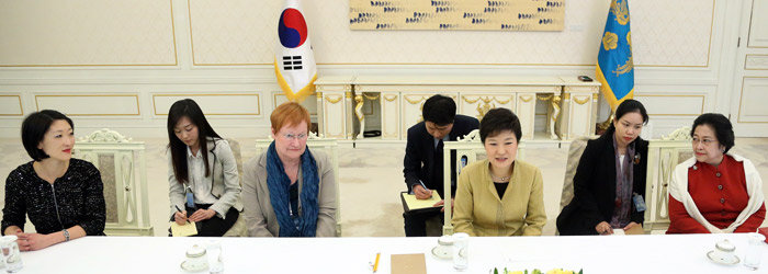 President Park Geun-hye greets high-ranking overseas officials on March 26 at Cheong Wa Dae (from left): Korean-born French Minister Fleur Pellerin, former Finnish President Tarja Halonen, President Park, and former Indonesian President Megawati Sukarnoputri (photo: Yonhap News).