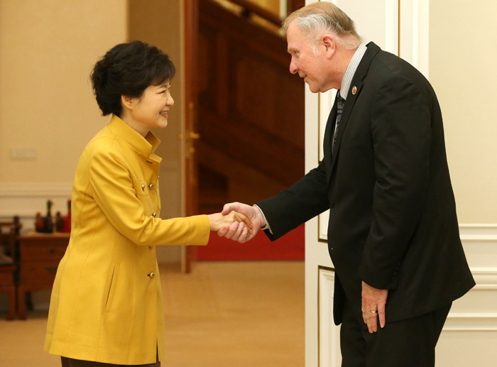 President Park Geun-hye (left) shakes hands with Rep. Steve Chabot, chairman of the House Foreign Affairs Subcommittee on Asia, on April 29 at Cheong Wa Dae (photo: Cheong Wa Dae).