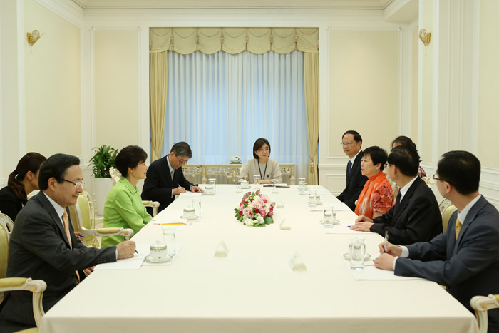 President Park (second from left) talks with Li Xiaolin, president of the Chinese People's Association for Friendship with Foreign Countries, at Cheong Wa Dae on July 23 (photo: Cheong Wa Dae).