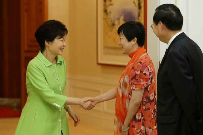 President Park Geun-hye (left) shakes hands with Li Xiaolin, president of the Chinese People's Association for Friendship with Foreign Countries, at Cheong Wa Dae on July 23 (photo: Cheong Wa Dae).