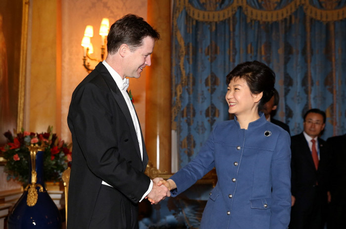 President Park Geun-hye (right) shakes hands with the leader of the Liberal Democrats Nick Clegg in London on November 5. (Photo: Cheong Wa Dae)