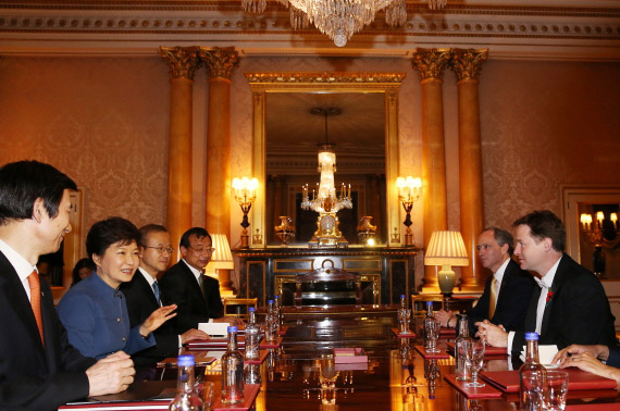 President Park Geun-hye (second from left) holds a meeting with the leader of the Liberal Democrats Nick Clegg in London on November 5. (Photo: Cheong Wa Dae)