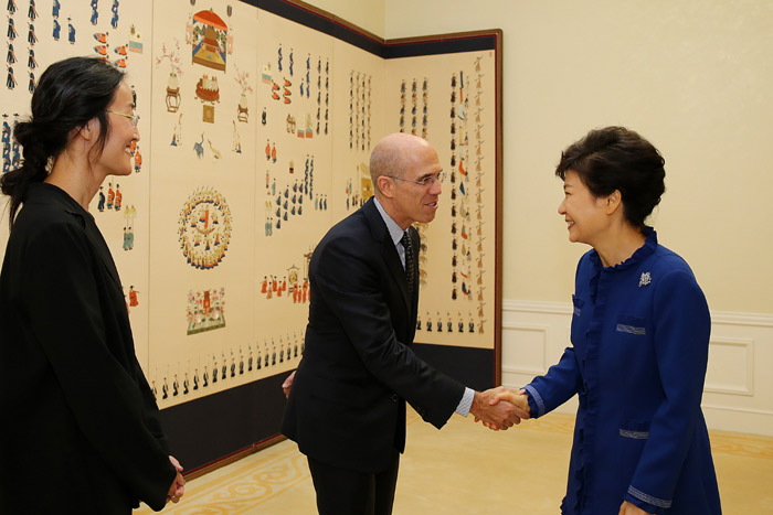 President Park Geun-hye (right) shakes hands with CEO and co-founder of Dreamworks Jeffrey Katzenberg, as Jennifer Yuh Nelson, director of Kung Fu Panda 2, looks on, at Cheong Wa Dae on October 18. (Photo: Cheong Wa Dae)