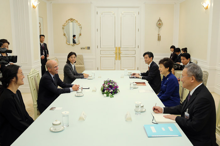 President Park Geun-hye meets with CEO and co-founder of Dreamworks Jeffrey Katzenberg and Jennifer Yuh Nelson, director of Kung Fu Panda 2, to discuss the creative economy and cooperation in the animation sector at Cheong Wa Dae on October 18. (Photo: Cheong Wa Dae)