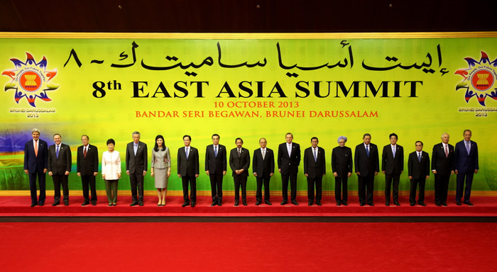 President Park Geun-hye (fourth from left) poses for an official group photo with other participating leaders at the East Asia Summit (EAS) in Bandar Seri Begawan, Brunei, on October 10. (Photo: Cheong Wa Dae)