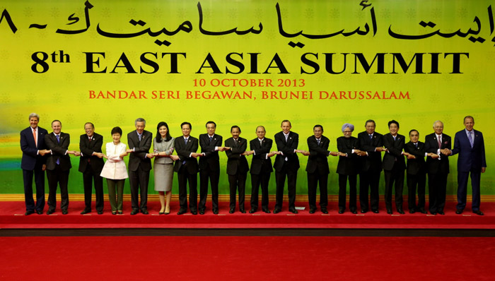 President Park Geun-hye (fourth from left) poses hand-in-hand with other participating leaders at the East Asia Summit (EAS) in Bandar Seri Begawan, Brunei, on October 10. (Photo: Cheong Wa Dae)