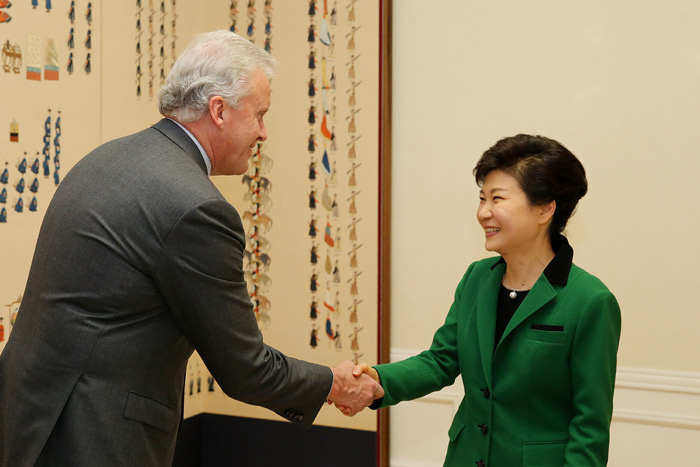 President Park Geun-hye (right) shakes hands with General Electric CEO Jeffrey Immelt at Cheong Wa Dae on October 24. (Photo: Cheong Wa Dae)
