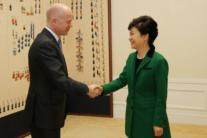 President Park Geun-hye (right) greets Foreign Secretary and First Secretary of State of the United Kingdom William Hague at Cheong Wa Dae on October 17. (Photo: Cheong Wa Dae)