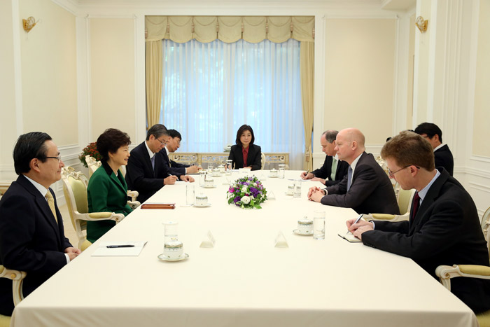 President Park Geun-hye (second from left) and Foreign Secretary and First Secretary of State of the United Kingdom William Hague discuss ways to extend Korea-U.K. cooperation at Cheong Wa Dae on October 17. (Photo: Cheong Wa Dae)