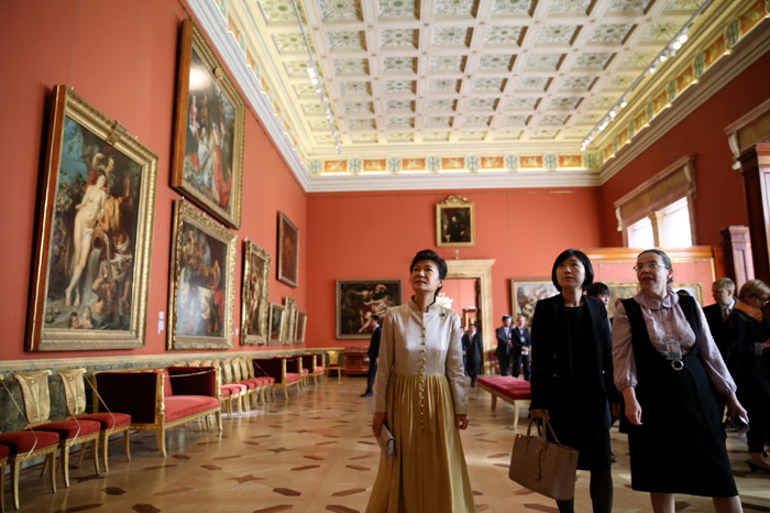 President Park Geun-hye (center) views the paintings displayed inside the State Hermitage Museum of Russia on September 7 (photo: Cheong Wa Dae).