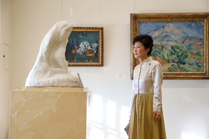 President Park Geun-hye admires a sculpture in Russia's State Hermitage Museum on September 7 (photo: Cheong Wa Dae).