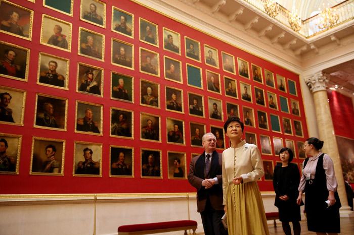 President Park Geun-hye (right) looks around the State Hermitage Museum of Russia on September 7 (photo: Cheong Wa Dae).