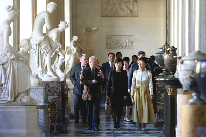 President Park Geun-hye (right) looks at sculpture works displayed in the State Hermitage Museum of Russia with the museum's director Boris Borisovich Piotrovski on September 7 (photo: Cheong Wa Dae).
