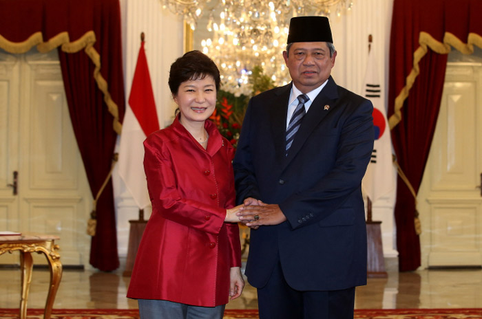 President Park Geun-hye (left) and Indonesian President Susilo Bambang Yudhoyono pose for a photo at Istana Merdeka, the presidential residence, in Jakarta, Indonesia, on October 12. (Photo: Cheong Wa Dae)