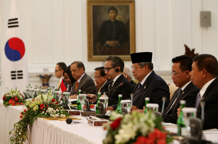 Indonesian President Susilo Bambang Yudhoyono and Indonesian high-ranking officials participate in the Korea-Indonesia extended summit talks in Jakarta, Indonesia, on October 12. (Photo: Cheong Wa Dae)