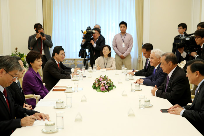 President Park Geun-hye (third from left) discusses economic cooperation between Korea and Indonesia during a meeting with a high-ranking Indonesian economic delegation on September 25 (photo: Cheong Wa Dae).