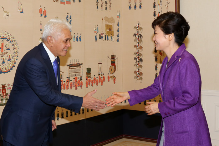 President Park Geun-hye (right) greets Coordinating Minister for Economics of Indonesia Hatta Rajasa at Cheong Wa Dae on September 25 (photo: Cheong Wa Dae).