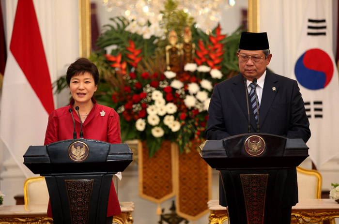 President Park Geun-hye (left) and Indonesian President Susilo Bambang Yudhoyono hold a joint press conference in Jakarta, Indonesia, on October 12. (Photo: Cheong Wa Dae)