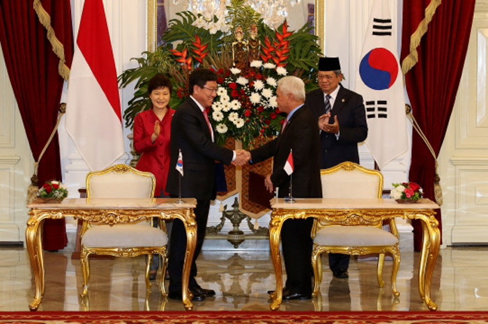 President Park Geun-hye (left, back row) and Indonesian President Susilo Bambang Yudhoyono are present during the MOU signing ceremony in Jakarta, Indonesia, on October 12. (Photo: Cheong Wa Dae)