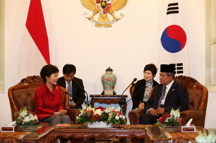 President Park Geun-hye (left) and Indonesian President Susilo Bambang Yudhoyono hold summit talks at the presidential residence in Jakarta, Indonesia, on October 12. (Photo: Cheong Wa Dae)