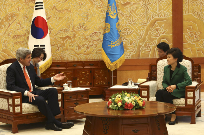 President Park Geun-hye (right) holds talks with U.S. Secretary of State John Kerry on April 12 at Cheong Wa Dae (photo: Cheong Wa Dae).