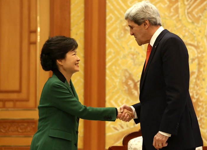 President Park Geun-hye (left) shakes hands with U.S. Secretary of State John Kerry (photo: Cheong Wa Dae).
