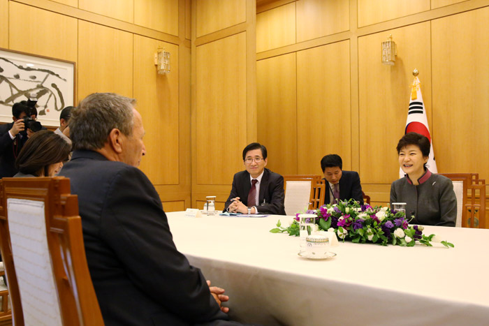 President Park Geun-hye (right) and Lawrence Summers of Harvard University discuss economic prospects for the world economy at Cheong Wa Dae on October 15. (Photo: Cheong Wa Dae)