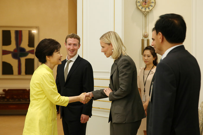 President Park Geun-hye (left) shakes hands with vice president of global public policy of Facebook Marne Levine (photo: Cheong Wa Dae).