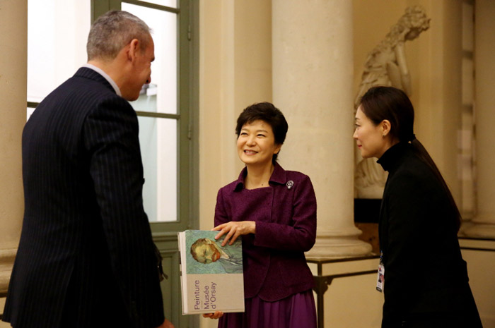 President Park Geun-hye looks around the Orsay Museum and appreciates artworks on display on November 3. (Photos: Cheong Wa Dae)