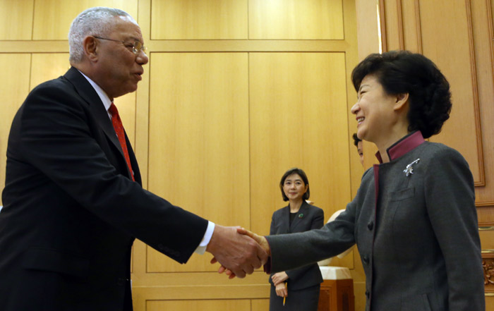 President Park Geun-hye (right) shakes hands with former U.S. Secretary of State Colin Powell at Cheong Wa Dae on March 25 (photo: Yonhap News).
