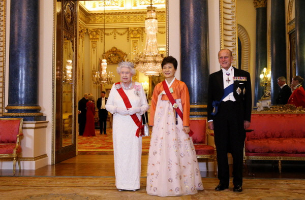 President Park Geun-hye (center right), Queen Elizabeth II and her spouse, Prince Philip, pose for photos prior to a state banquet at Buckingham Palace in London on November 5. (photo: Cheong Wa Dae)